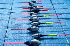 Flötena läggas ut i en rad En rad av flöten En flöte för en flöte Royaltyfri Foto