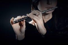 Flötenpiccoloflöte mit Handnahaufnahme Stockbilder