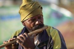 Flötist mit klassischem Musikinstrument Lizenzfreie Stockfotos