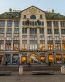 Flüchtiger Blick u. Cloppenburg und Madame Tussaud Building in Amsterdam Lizenzfreie Stockbilder