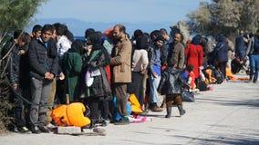 Flüchtlinge auf dem griechischen Ufer stockbilder