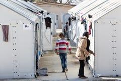 Flüchtlinge, die in den Zelten in der Mittelverlegung Diavata leben Lizenzfreies Stockfoto