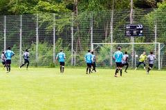 Flüchtlinge, die Fußball spielen Stockfotos