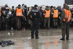 Flüchtlinge in Nickelsdorf, Österreich lizenzfreies stockfoto