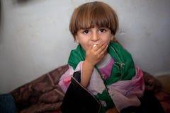 Flüchtlingskind eingewickelt in der selbst gemachten freien syrischen Flagge, Atmeh, Syrien. Lizenzfreies Stockfoto