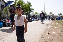 Flüchtlingskind nah an der Grenze von Serbien in Tovarnik Lizenzfreies Stockfoto