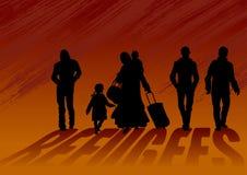 Flüchtlingsmänner und -frauen mit Kindern Frau, die barfuß, beladen mit Sandsäcken und Kindern geht Männer gehen als Nächstes und Stockfotos