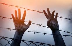 Flüchtlingsmänner und -zaun lizenzfreie stockfotografie
