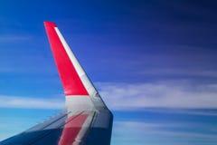 Flügel der Fläche auf Hintergrund des blauen Himmels Lizenzfreies Stockbild