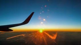 Flügel der Fläche auf Sonnenunterganghimmel stock footage