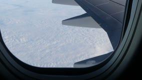 Flügel der Fläche durch die Öffnung Das Flugzeug fliegt über schöne Luftwolken stock video footage