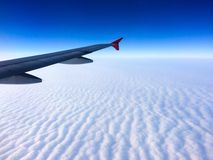 Flügel der Fläche mit bewölktem Himmel Stockbild