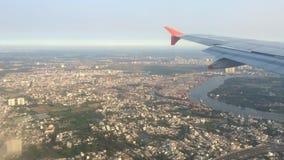 Flügel der Fläche mit Ho Chi Minh City auf dem Hintergrund stock footage