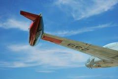 Flügel des alten Strahles im Flug Stockbild