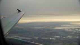 Flügel des Düsenflugzeugs im Himmel bei dem Sonnenuntergang stock footage