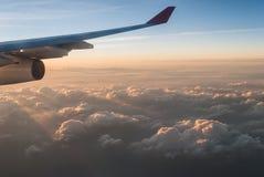 Flügel des Flugzeuges im Himmel Stockfotografie