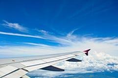 Flügel des Flugzeuges und des blauen Himmels Stockbild