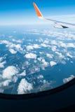 Flügel des Flugzeuges vom Fenster Lizenzfreie Stockbilder