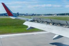 Flügel eines bremsenden Flugzeuges an internationalem Flughafen Sheremetyevo Stockfotos