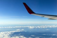 Flügel eines Flugzeugfliegens über den Morgenwolken und dem Andengebirgszug stockfoto