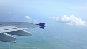 Flügel eines Flugzeugfliegens über der Stadt oder der Großstadt geschossen vom Fenster der Fläche stock video