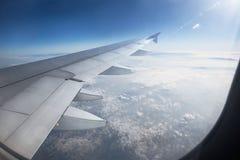 Flügel eines Flugzeugflugwesens über den Wolken Stockbild
