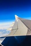 Flügel eines Flugzeugflugwesens über den Wolken Morgen bewölktes sunr Lizenzfreie Stockfotografie