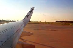 Flügel eines Ryanair-Flugzeuges auf einem Flugplatz Lizenzfreies Stockfoto