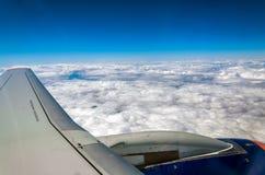 Flügel und Maschine eines Passagierflugzeugs, Bild genommen vom Flugzeugfenster während des flyght lizenzfreies stockfoto
