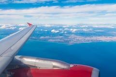 Flügel und Turbine des Flugzeuges im Himmel stockfoto