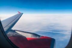 Flügel und Turbine des Flugzeuges im Himmel stockbild