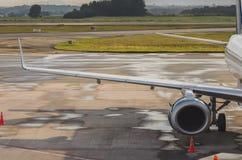 Flügel und Turbine eines Flugzeuges lizenzfreie stockbilder
