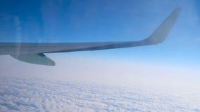 Flügel von den Flugzeugen, die über Bewölkung, Ansicht durch schmutziges Fenster mit Reflexionen 4k fliegen stock video footage