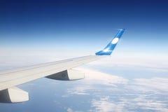 Flügelflugzeuge in den Wolken Stockfotografie