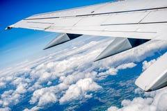 Flügelhintergrund des Flugzeuges Lizenzfreie Stockfotos