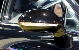 Flügelspiegel des blauen Luxusautos des Bentley-Reihe Fliegen-Sporns W12 Lizenzfreie Stockfotografie