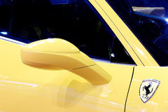 Flügelspiegel des gelben Ferrari-Luxussportwagens Lizenzfreie Stockfotos