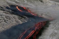 Flüsse von Lava auf dem Schnee Stockfotografie