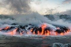 Flüssige Lava, die in den Pazifischen Ozean fließt Lizenzfreies Stockfoto