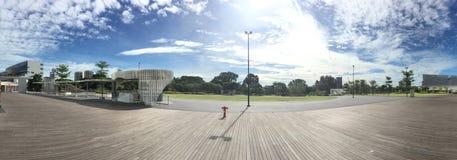 Flüssiger Ein-Norden der Wolken des blauen Himmels sonniger Tagesnahe Mediacorp-Abschluss oben stockfotos