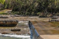Flüssiger felsiger Nebenfluss Stockfoto