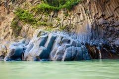 Flüssiger Fluss bei Gole di Alcantara stockbilder