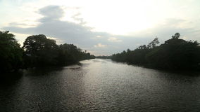 Flüssiger Fluss bei Sonnenuntergang in Sri Lanka stock video footage