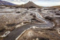 Flüssiger Fluss mitten in dem Gletscher in den Bergen Lizenzfreie Stockfotos