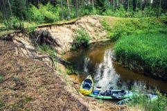 Flüssiger Fluss und Kanus auf dem Ufer stockfoto