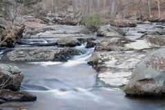 Flüssiger Fluss und Wasserfälle. Stockfotografie