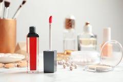 Flüssiger Lippenstift mit Applikator und Kosmetik Raum für Text lizenzfreies stockbild