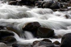 Flüssiger Nebenfluss stockfotos