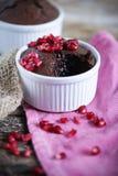 Flüssiger Schokoladenkaffeekuchen mit Granatapfel und weicher Mitte Stockbilder