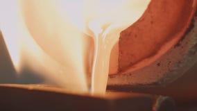 Flüssiges Gold, das in Blockformen ausgelaufen wird Flüssiges Gold, das in Blockformen ausgelaufen wird Castingmetall oder -gold, Lizenzfreie Stockfotografie